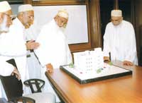 Syedna viewing a model of Najam Baug